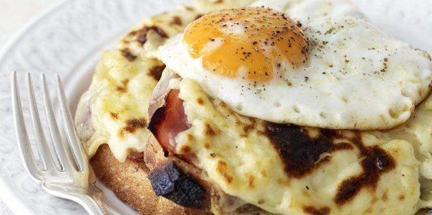 Горячий бутерброд «Крок-мадам» с ветчиной и сыром