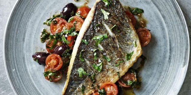Рецепты с рыбой: Жареный морской лещ с помидорами и пряными травами