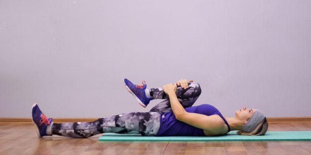 Простые упражнения йоги: поза с коленом у груди