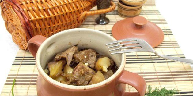 Как приготовить мясо в духовке: Жаркое из баранины в горшочках