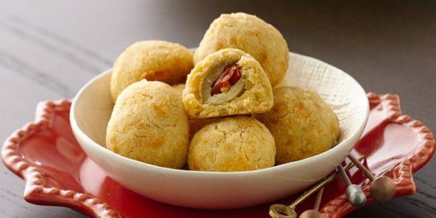 Простые закуски: Запечённые оливки в сырном тесте