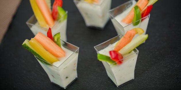 Дип из белой фасоли с овощными палочками