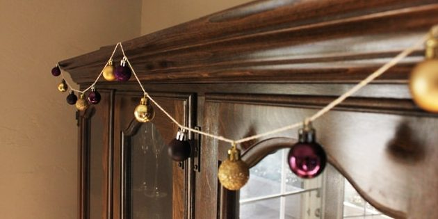 Новогодняя гирлянда из ёлочных шаров