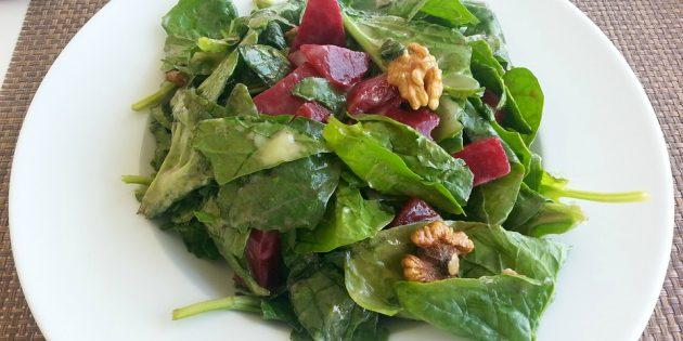 Салат из свёклы, шпината и грецких орехов