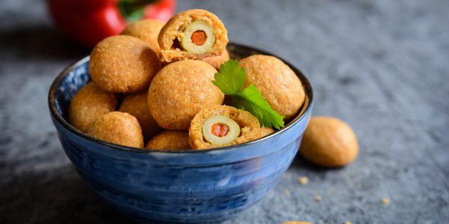 Как приготовить простые закуски: запечённые оливки в сырном тесте