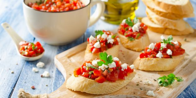 Простые закуски: кростини с томатами и моцареллой
