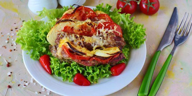 Вкусное мясо в духовке: Свинина-гармошка с овощами и сыром