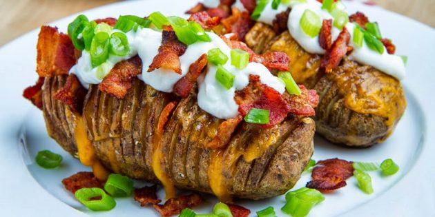 Картошка-гармошка с беконом, сыром и сметаной