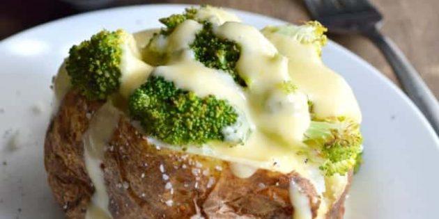 Запечённый картофель с брокколи под сырным соусом