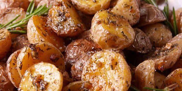 Запечённая картошка с розмарином и чесноком