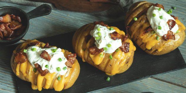 Как приготовить картофель в духовке: Картошка-гармошка с беконом, сыром и сметаной