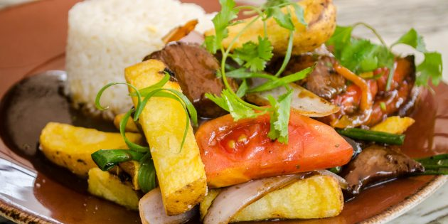 Что приготовить из говядины: Тёплый салат с говядиной и картошкой фри