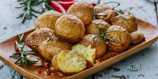 Запечённая картошка в духовке с розмарином и чесноком