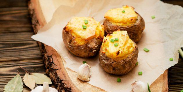 Как приготовить запечённый картофель со сметаной и сыром в духовке