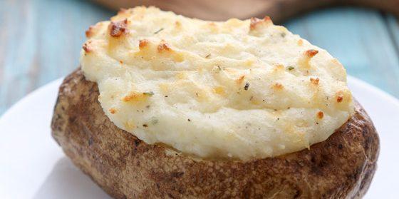 Запечённый картофель со сметаной и сыром