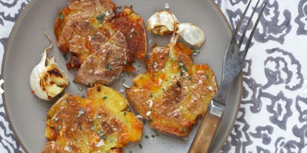 Раздавленная картошка, поджаренная с чесноком