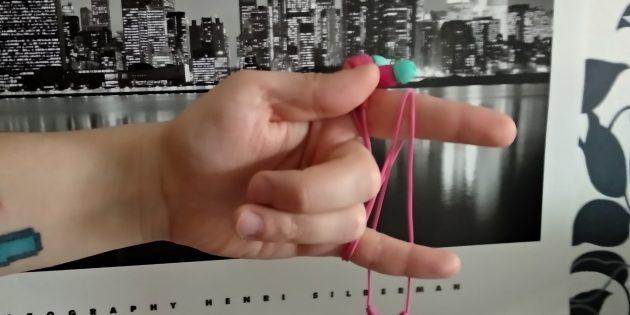 Оберните провод вокруг мизинца