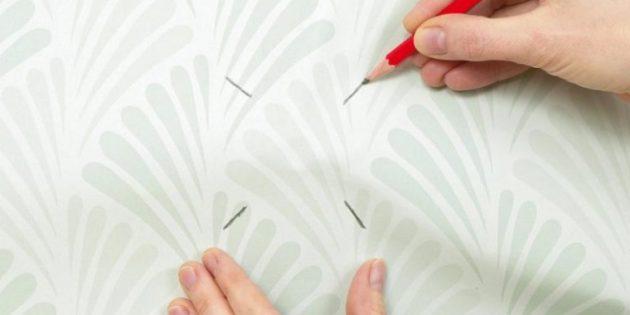 Как клеить обои вокруг розеток и выключателей