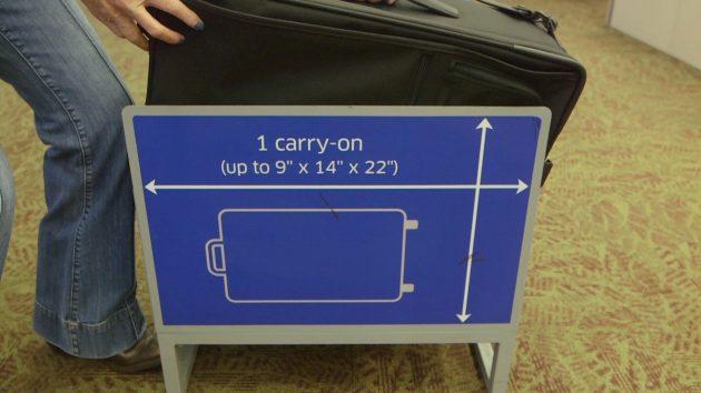 Размер ручной клади в самолёте: рамка для проверки габаритов сумок