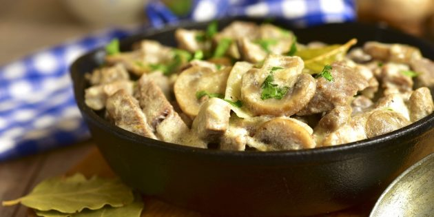 Рецепты: пряная свинина с грибами и сметаной