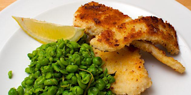Рыбные палочки с зелёным горошком