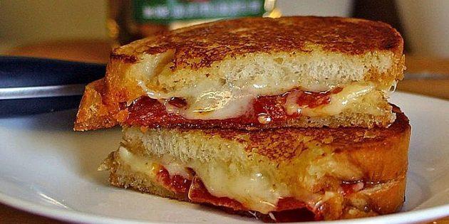 Рецепты на гриле: Бутерброды с сыром и колбасой