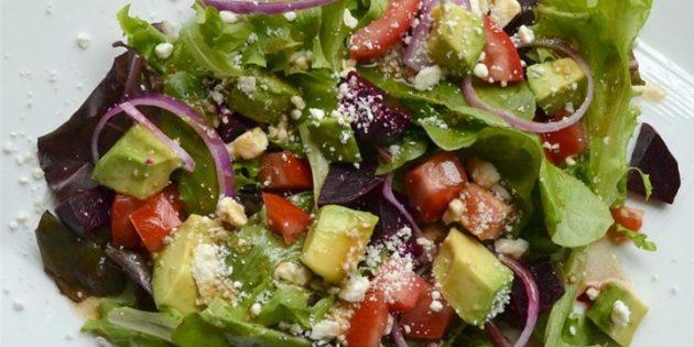 Овощной салат со свёклой, авокадо и шпинатом