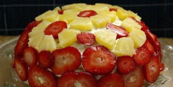 Торт из печенья с ананасами и клубникой