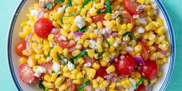 Овощной салат с кукурузой, помидорами и сыром фета