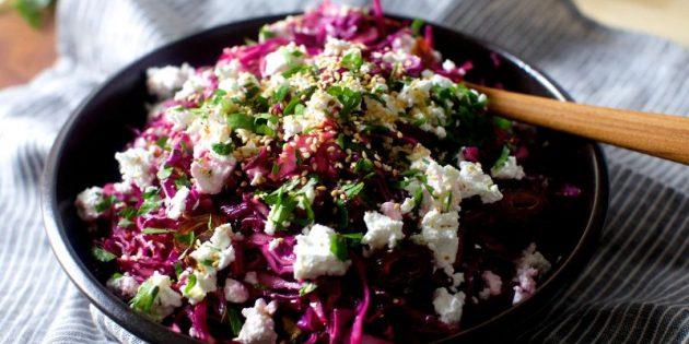 Овощной салат с капустой, финиками и сыром фета