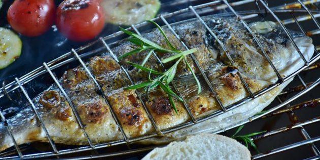 Рецепты на гриле: Целая рыба, фаршированная лимоном, чесноком и петрушкой