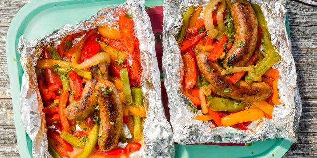 Рецепты на гриле: Сосиски с болгарским перцем в фольге