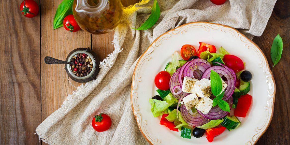 Как нарезать продукты на греческий салат
