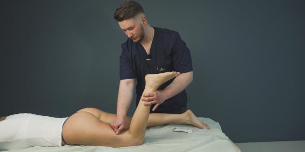 Как делать антицеллюлитный массаж бёдер