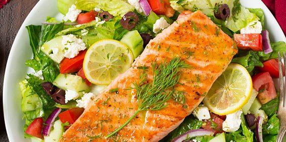 Греческий салат с лососем
