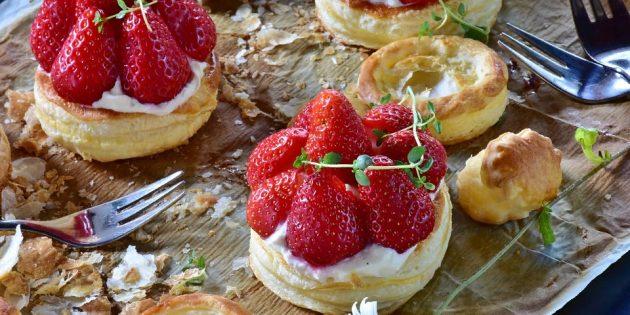 со слоёным тестом: Порционный ягодный пирог