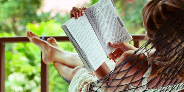 Что почитать в отпуске: 30 увлекательных книг на любой вкус
