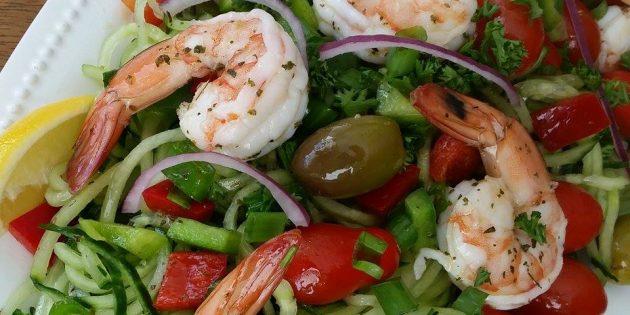 Салат с огурцами, креветками и оливками