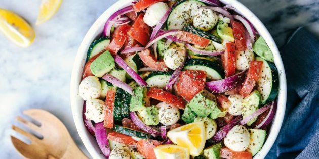 Салат с огурцами, авокадо и моцареллой