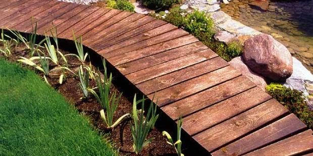 Приподнятые садовые дорожки из досок или брусьев