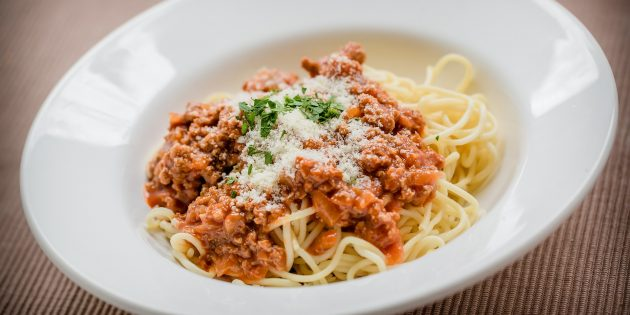плавленый сыр: Паста в томатно-мясном соусе