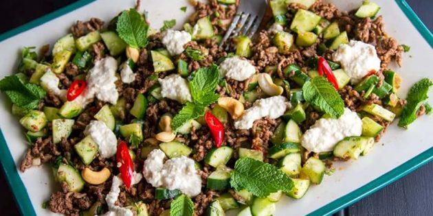 Салаты из огурцов. Салат с огурцами, пряной говядиной и ореховой заправкой
