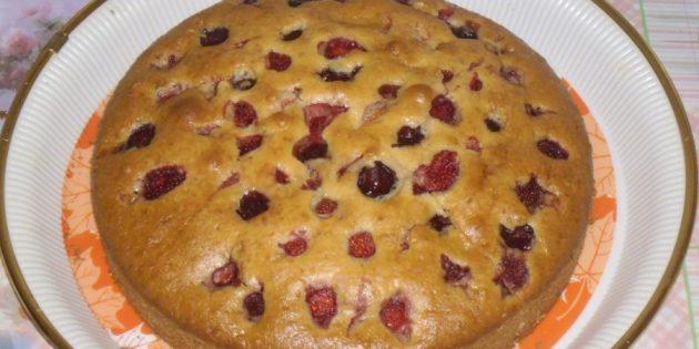 Нежный пирог с клубникой на кефире