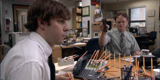 Работа в офисе. У соседа на столе вечно бардак