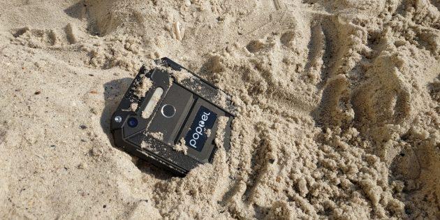 Защищенный смартфон Poptel P9000 Max: В песке