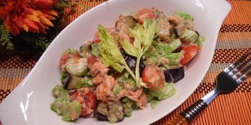 Салат из баклажанов, консервированной рыбы и сельдерея