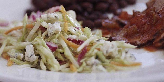 Салат со свежей капустой, сельдереем и голубым сыром