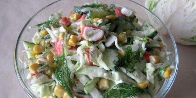 Салаты из свежей капусты: Салат с капустой, крабовыми палочками и кукурузой
