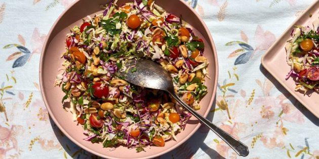 Салат из свежей капусты, помидоров и жареного арахиса
