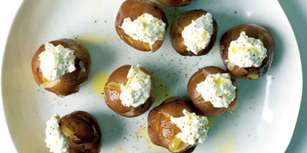 Рецепты с молодой картошкой: Запечённая молодая картошка, фаршированная рикоттой